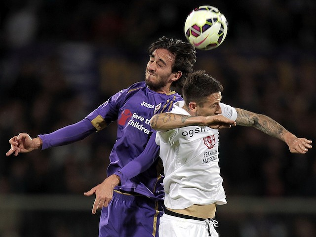 Alberto Aquilani of ACF Fiorentina battles for the ball with Leandro Greco of Hellas Verona FC during the Serie A match between ACF Fiorentina and Hellas Verona FC at Stadio Artemio Franchi on April 20, 2015