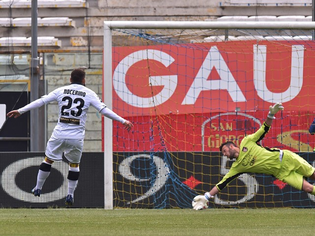 Antonio Nocerino of Parma scores the penalty during the Serie A match between Parma FC and US Citta di Palermo at Stadio Ennio Tardini on April 26, 2015