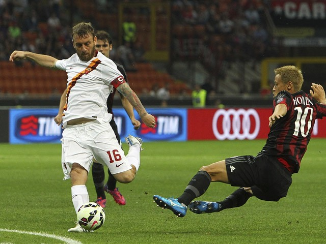 Daniele De Rossi of AS Roma is challenged by Keisuke Honda of AC Milan during the Serie A match between AC Milan and AS Roma at Stadio Giuseppe Meazza on May 9, 2015