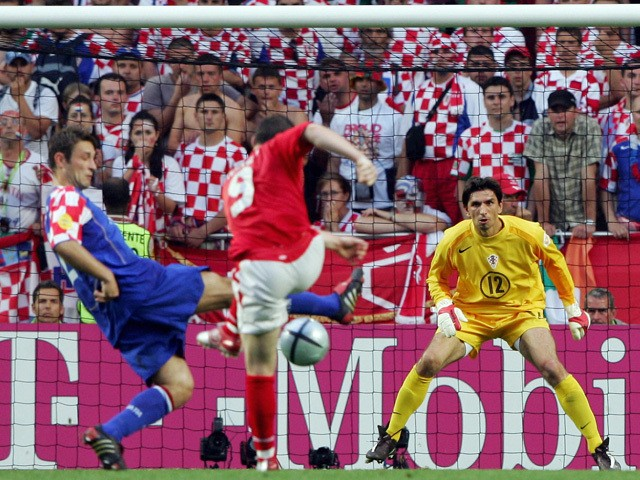 England forward Wayne Rooney (C) shoots and scores past Croatia's goalkeeper Tomislav Butina (R) during their European Nations Championship football match at the Stadium of Light in Lisbon, on 21 June 2004