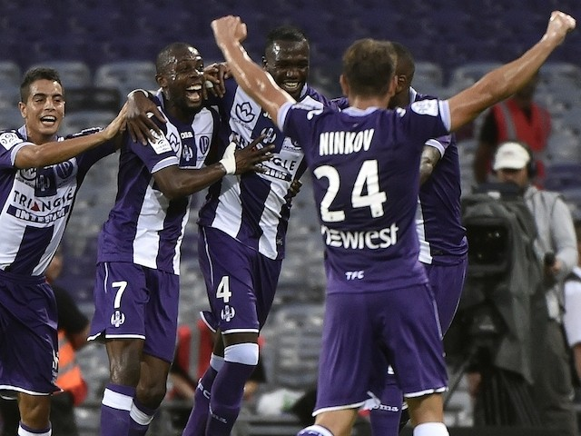 Toulouse's Malian midfielder Tongo Doumbia (C) celebrates with teammates after scoring a goal during the French L1 football match between Toulouse and Monaco on August 22, 2015