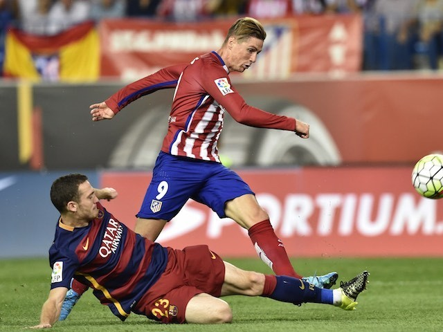 Barcelona's Thomas Vermaelen views with Atletico Madrid's Fernando Torres on September 12, 2015