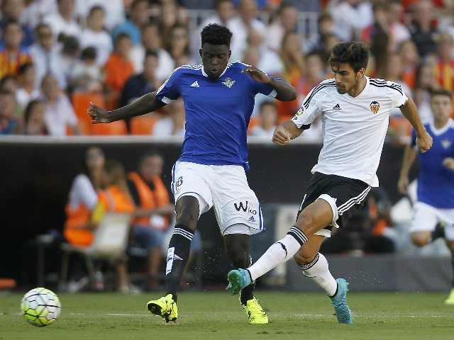 Betis' French Senegalese defender Alfred N'Diaye (L) vies with Valencia's Portuguese midfielder Andre Gomes during the Spanish league football match Valencia CF vs Real Betis Balompie at the Mestalla stadium in Valencia on September 19, 2015.