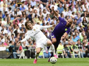 Real Madrid's Croatian midfielder Luka Modric (L) vies with Malaga's Moroccan midfielder Noureddine Amrabat during the Spanish league football match Real Madrid CF vs Malaga CF at the Santiago Bernabeu stadium in Madrid on September 26, 2015.