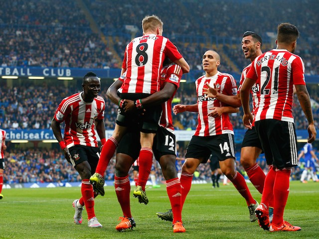 Steven Davis (C) of Southampton celebrates scoring his team's first goal with his team mates during the Barclays Premier League match between Chelsea and Southampton at Stamford Bridge on October 3, 2015 in London, United Kingdom.