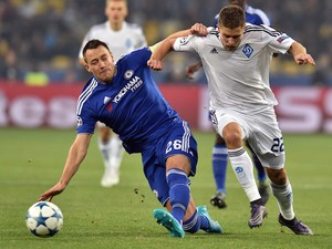 Dynamo Kiev's Ukrainian forward Artem Kravets (R) fights for the ball with Chelsea's English defender John Terry during the UEFA Champions League football match Dynamo Kiev vs Chelsea, on October 20, 2015 at the Olympic stadium in Kiev.