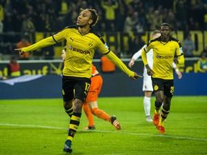 Dortmund's Gabonese midfielder Pierre-Emerick Aubameyang celebrates scoring his side's 5th goal to complete his hat-trick during the German first division football Bundesliga match between Borussia Dortmund and FC Augsburg on October 25, 2015 in Dortmund,