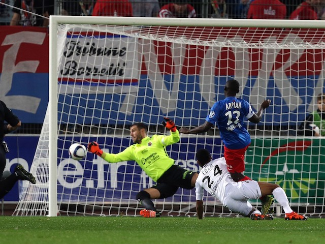 Caen's French goalkeeper Remy Vercoutre (C) saves a shot from Guingamp's French defender Marcus Coco (2ndR) during the French L1 football match between Caen (SM Caen) and Guingamp (EA Guingamp), on November 7, 2015, at the Michel d'Ornano stadium, in Caen