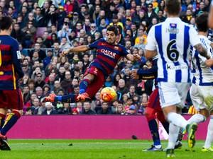 Luis Suarez of FC Barcelona scores his team's second goal during the La Liga match between FC Barcelona and Real Sociedad de Futbol at Camp Nou on November 28, 2015