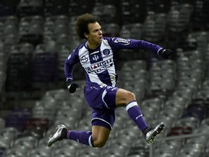 Toulouse's Danish forward Martin Braithwaite (C) celebrates after scoring a goal during the French L1 football match Toulouse vs Nice on November 28, 2015 at the Municipal Stadium in Toulouse.