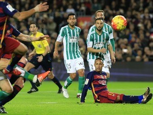 Neymar takes a seat during the game between Barcelona and Real Betis on December 30, 2015