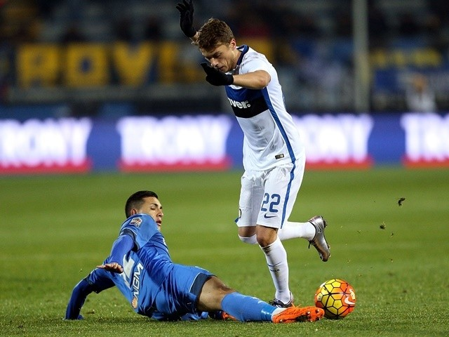Leandro Paredes battles for the ball with Adem Ljajic during the Serie A match between Empoli and Inter Milan on January 6, 2016