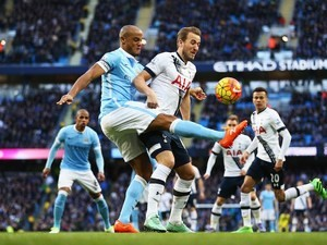 Harry Kane and Vincent Kompany in action during the Premier League game between Manchester City and Tottenham Hotspur on February 14, 2016