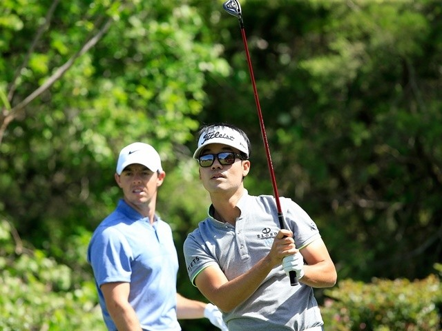 Kevin Na plays his tee shot on the 18th hole in his match with Rory McIlroy during the third round of the 2016 World Golf Championships Dell Match Play on March 25, 2016
