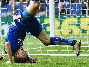 Jamie Vardy curses his ribs during the Premier League match between Leicester City and Southampton on April 3, 2016