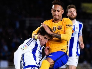 Elustondo tries it on with Neymar during the La Liga game between Real Sociedad and Barcelona on April 9, 2016