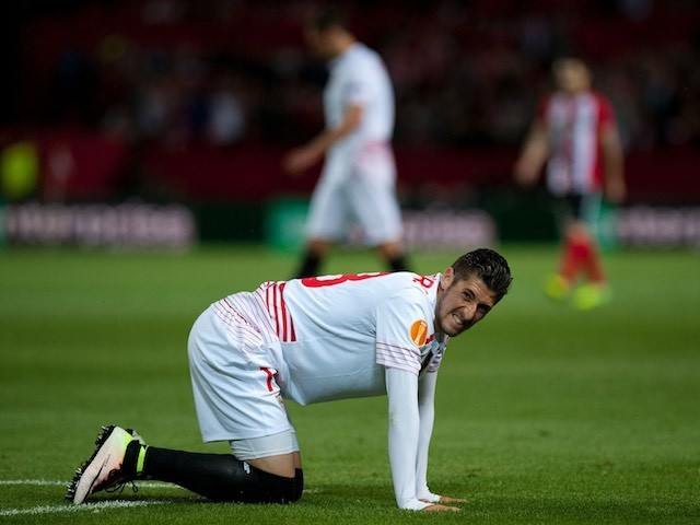 Sergio Escudero winces during the Europa League quarter-final between Sevilla and Athletic Club on April 14, 2016