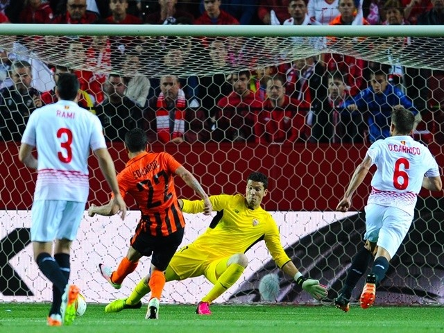 Eduardo scores his team's goal past David Soria during the UEFA Europa League semi-final second leg between Sevilla and Shakhtar Donetsk on May 5, 2016