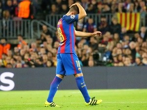Jordi Alba leaves the field injured in the Champions League match between Barcelona and Manchester City on October 19, 2016