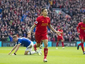 Philippe Coutinho puts his side back in front during the Premier League game between Liverpool and Everton on April 1, 2017