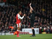 Alexis Sanchez appeals to referee Mike Jones during the Premier League match between Arsenal and Leicester City on April 26, 2017