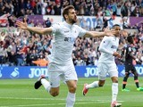 Fernando Llorente celebrates scoring during the Premier League game between Swansea City and Everton on May 6, 2017
