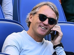 A chilled-out Roberto Mancini has a chinwag on the old rag and bone during the Serie A game between Lazio and Sampdoria on May 7, 2017